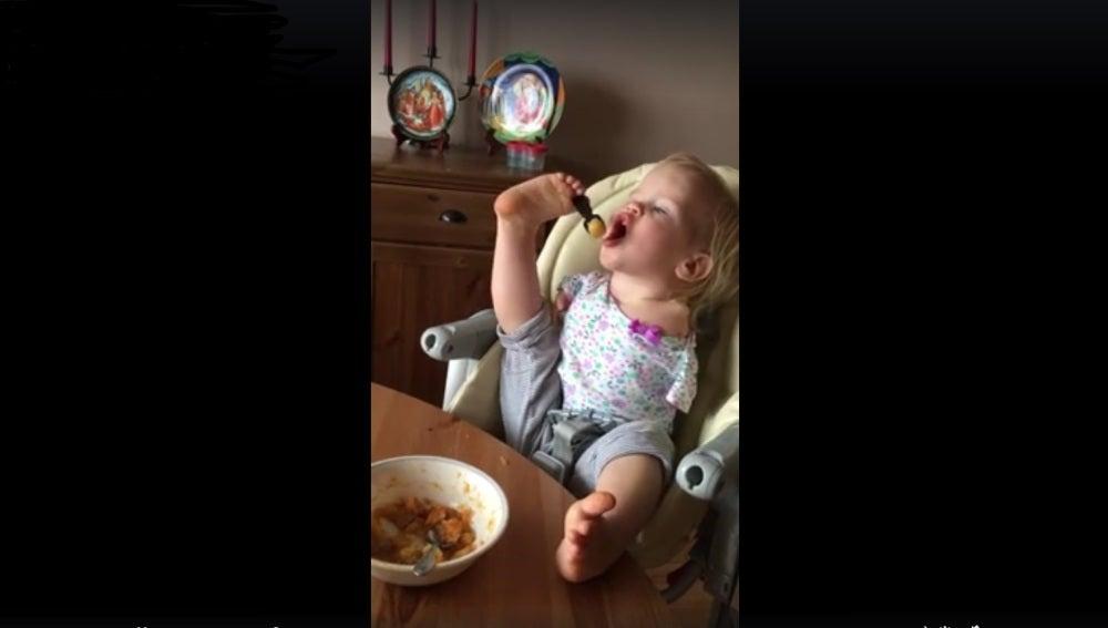 Vasilina, la niña sin brazos que puede comer con los pies