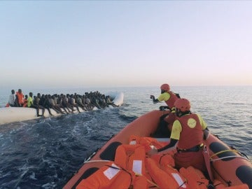 """Los refugiados no paran el dingui al desconfiar de los voluntarios del Astral: """"Tienen miedo y quieren continuar"""""""