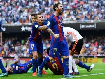 Messi se encara con la grada de Mestalla tras el lanzamiento de una botella de agua
