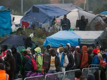 Francia desmantela la 'jungla' de Calais: un campamento con casi 7.000 refugiados, 1.200 niños