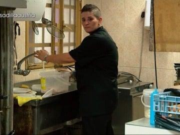 "Mónica explota con las críticas de su padre: ""Tú estás rascándote las bolas. Ponte a fregar"""