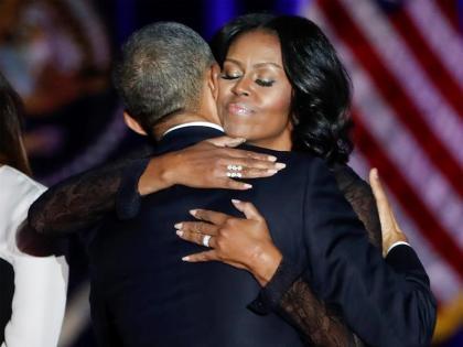 Barack Obama se abraza a su esposa Michelle tras su discurso de despedida