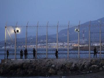 Un grupo de agentes en una zona fronteriza de Ceuta