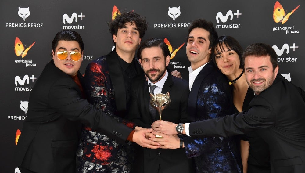 El equipo de 'Paquita Salas' posa junto al Premio Feroz 2017 a Mejor comedia