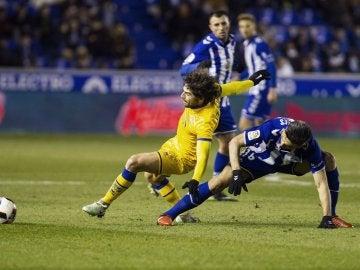 Víctor Pérez y Daniel Torres pelean por un balón