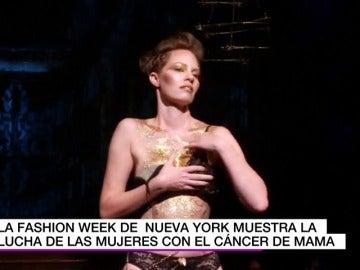 Mujeres víctimas del cáncer de mama sometidas a mastectomías desfilan en Nueva York para promover la investigación