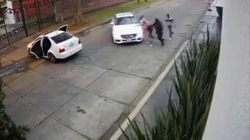 Frame 38.537461 de: Escalofriantes imágenes de una mujer secuestrada a plena luz del día