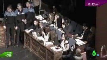 Frame 145.378586 de: El alcalde de Alcorcón suspende un pleno tras la bronca por intentar repetir una votación