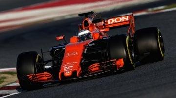 Fernando Alonso rueda con el MCL32 por Montmeló