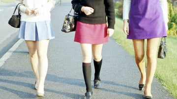 Varias mujeres vistiendo minifaldas
