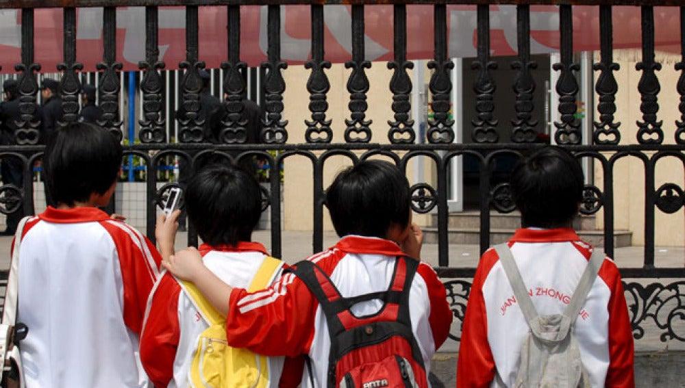 Niños en la puerta de una escuela en China