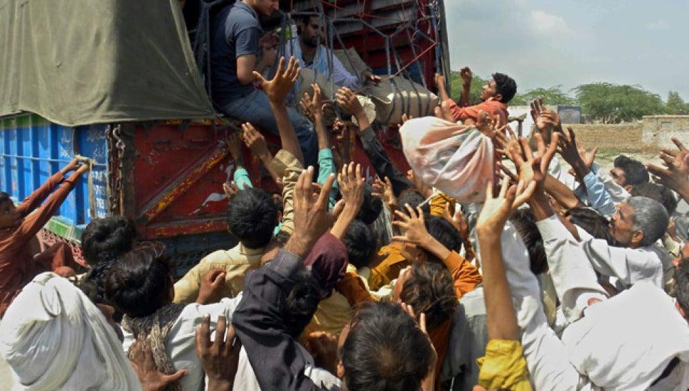 Cientos de personas esperan a recibir la ayuda humanitaria