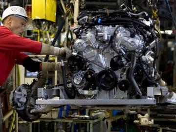 Trabajador en una fábrica de coches
