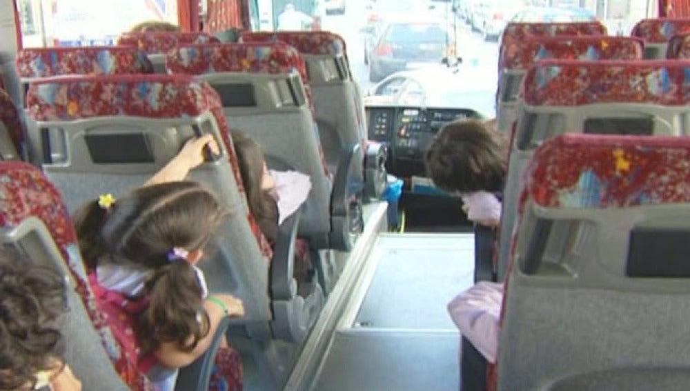 Imagen de archivo de un grupo de alumnos en el autobús escolar
