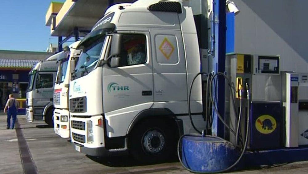 Camiones repostando en una gasolinera