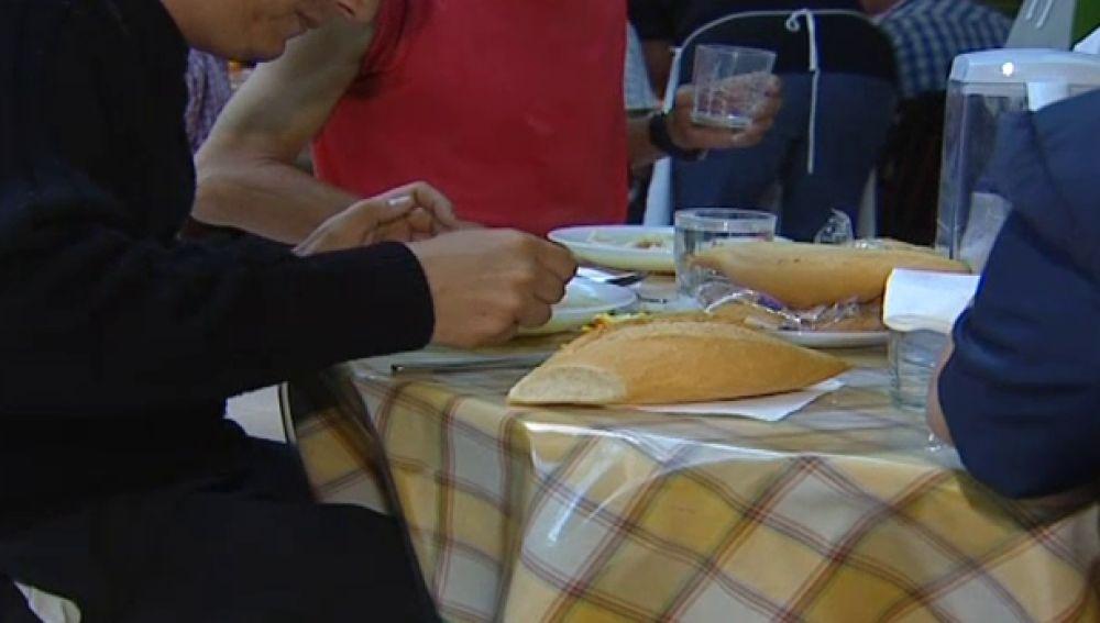 Familia comiendo en una mesa