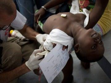 Un niño con síntomas de cólera es atendido