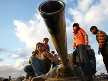 Niños con un tanque en Libia (Archivo)