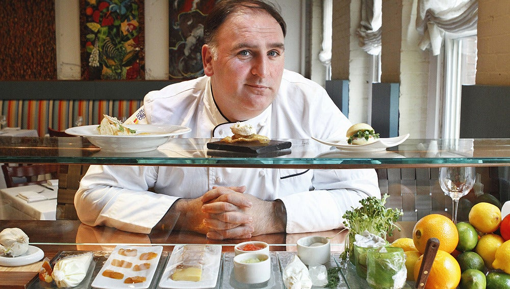 El chef asturiano en 'Minibar' su establecimiento en Washington.