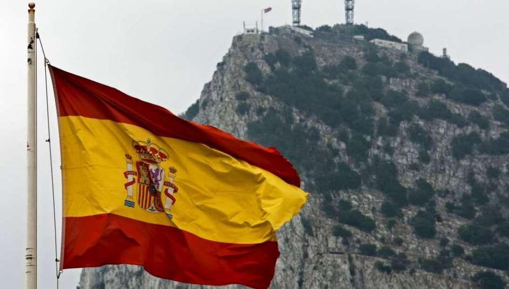 Una bandera española ondea frente al Peñón de Gibraltar