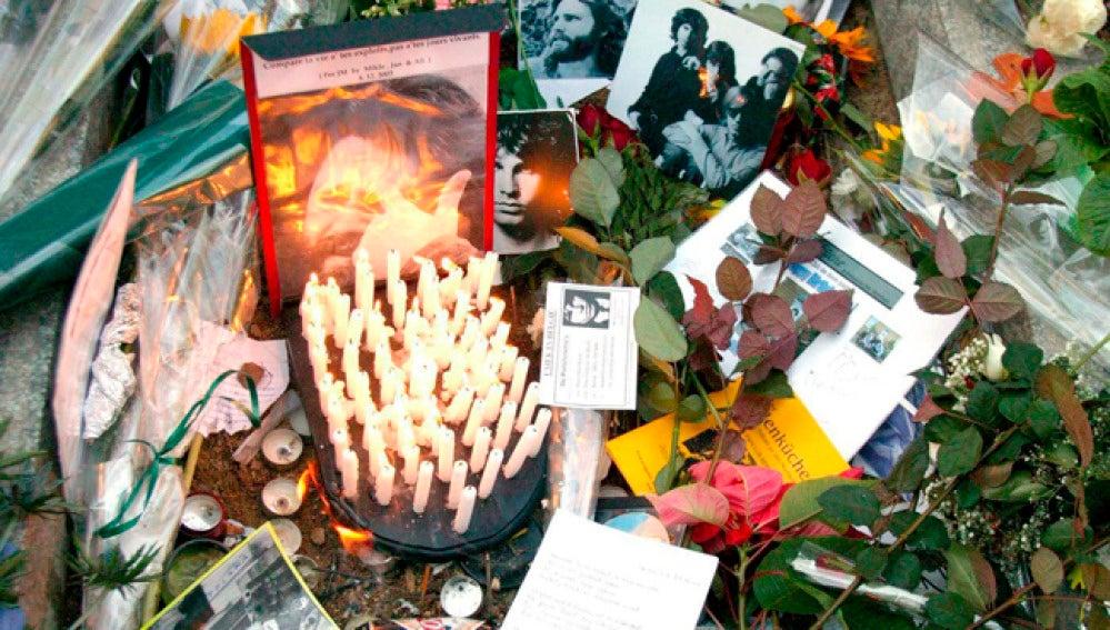 Imagen de archivo de la tumba de Jim Morrison en el cementerio de París  Pere Lachaise.
