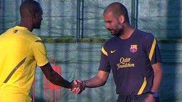 Abidal saluda a Guardiola tras regresar a los entrenamientos