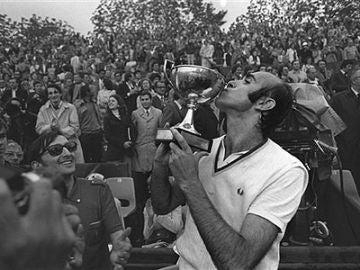 Andrés Gimeno, tras ganar Roland Garros en 1972.