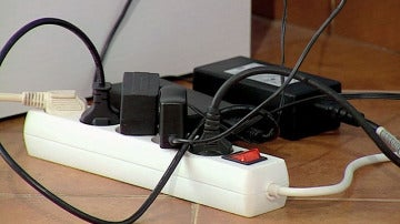 Varios cables enchufados en una regleta