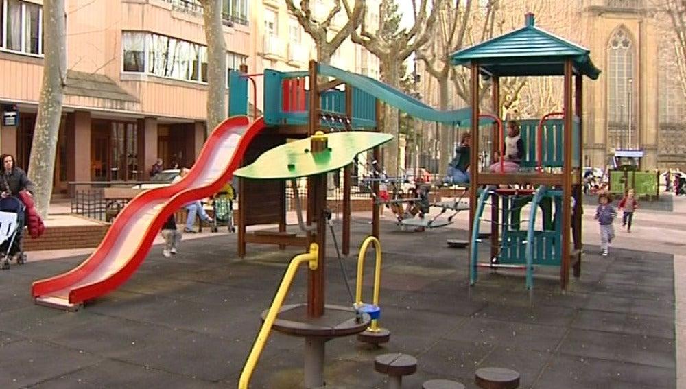Parque infantil en el jardín de una ciudad