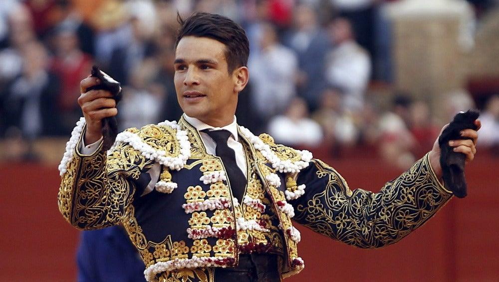José María Manzanares con las dos orejas cortadas al quinto de toro de la tard