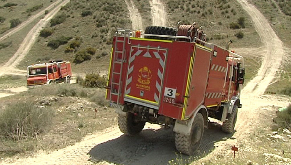 Vehículos de bomberos en una senda de Madrid