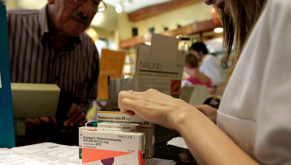 Un hombre comprando medicamentos en la farmacia