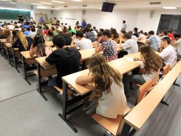 Jóvenes estudiantes durante una clase