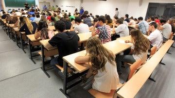 Jóvenes estudiantes durante un examen