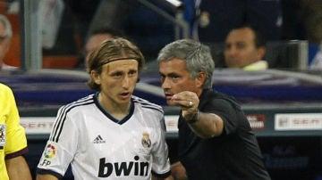 Luka Modric recibe las instrucciones de Mourinho