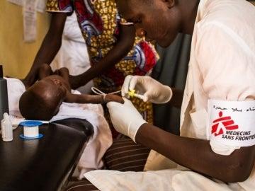 Un enfermero de MSF cuida a un niño aquejado de desnutrición
