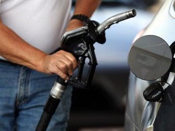 Un consumidor repostando gasolina