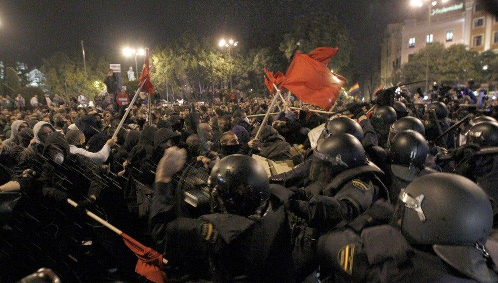 Antidisturbios frente a manifestantes durante el 25S