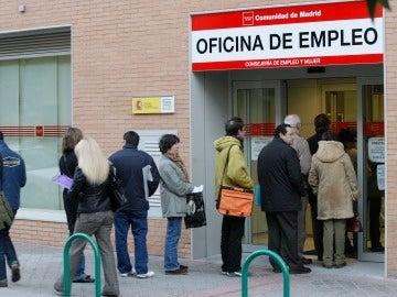 Personas a las puertas de una oficina del paro