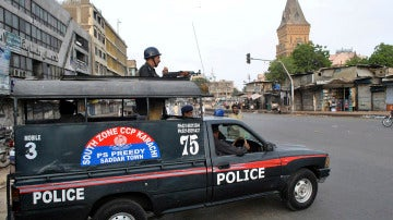 Un coche de policía patrulla las calles de Pakistán