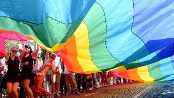 Una bandera arco iris durante un desfile del orgullo