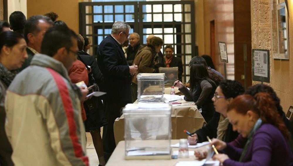Los votantes catalanes acuden a las urnas