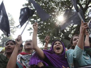 Varias trabajadoras del sector textil en huelga (Bangladesh)