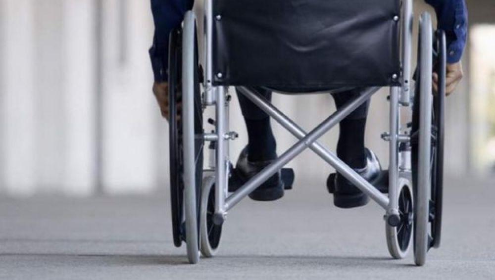 Imagen de archivo de una persona en silla de ruedas
