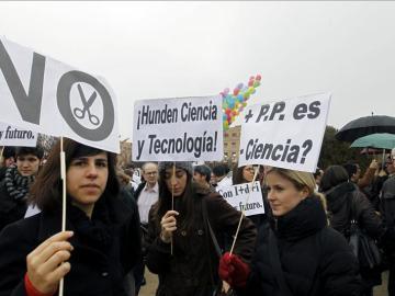 Cientos de jóvenes protestan contra los recortes