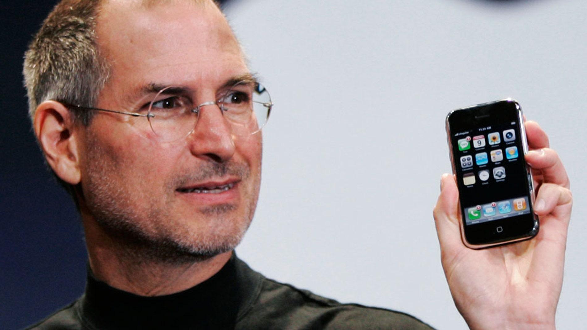 Steve Jobs  anuncia el lanzamiento del primer iPhone