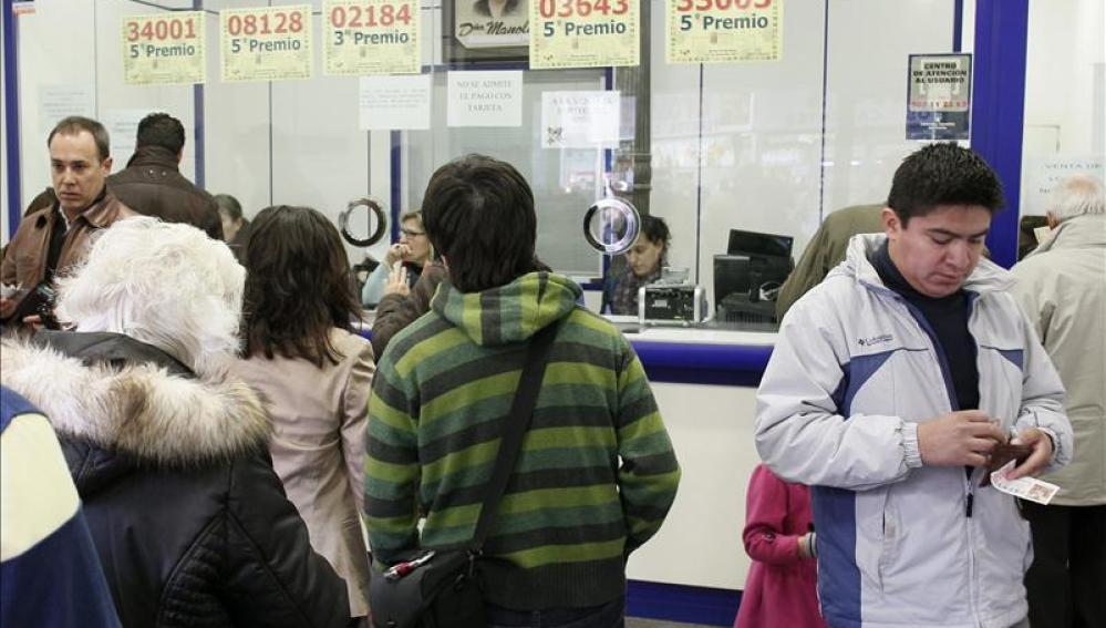 Colas en 'Doña Manolita' para comprar el décimo de 'El Niño'