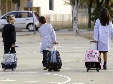 Alumnos yendo al colegio