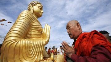 Rezando a Buda en la India (27-01-2013)