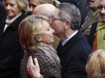 Alberto Ruiz-Gallardón saluda a Esperanza Aguirre